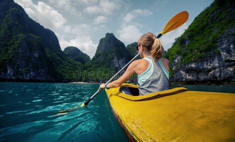 有皮船的妇女 免版税库存图片