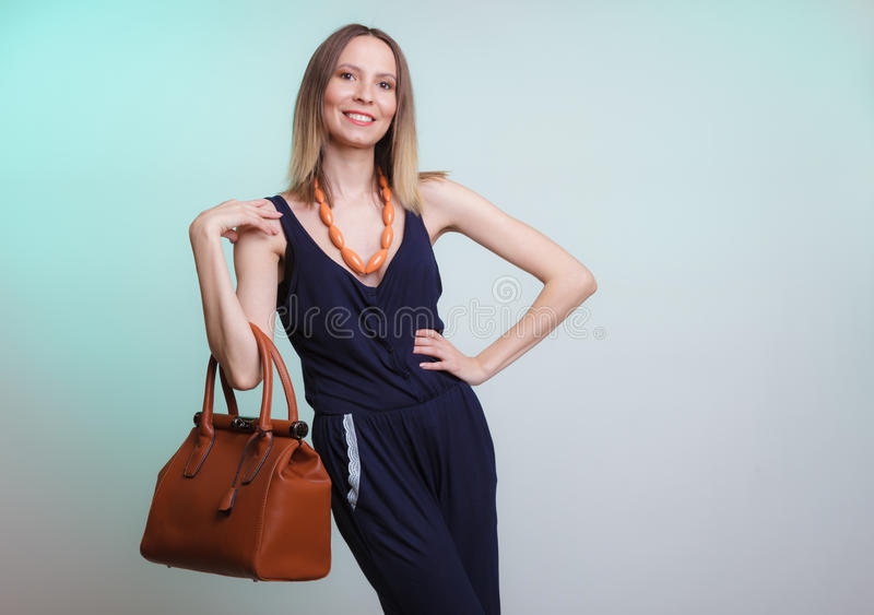 有皮革提包的典雅的时尚妇女 免版税库存照片