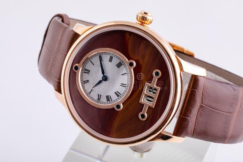 有皮革棕色皮带的精神手表与白色拨号盘,黑在白色背景和测时器隔绝的数字和蓝色顺时针 免版税库存图片
