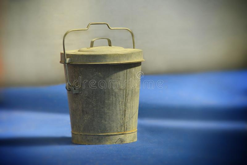 有盒盖的土气古板的桶 图库摄影