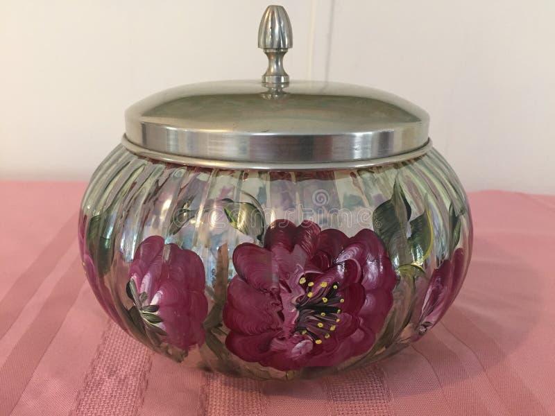 有盒盖的手画玻璃碗 免版税库存图片