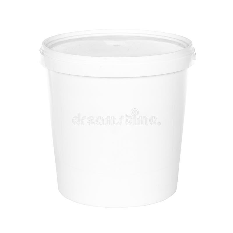 有盒盖的白色塑料桶在白色背景 免版税图库摄影