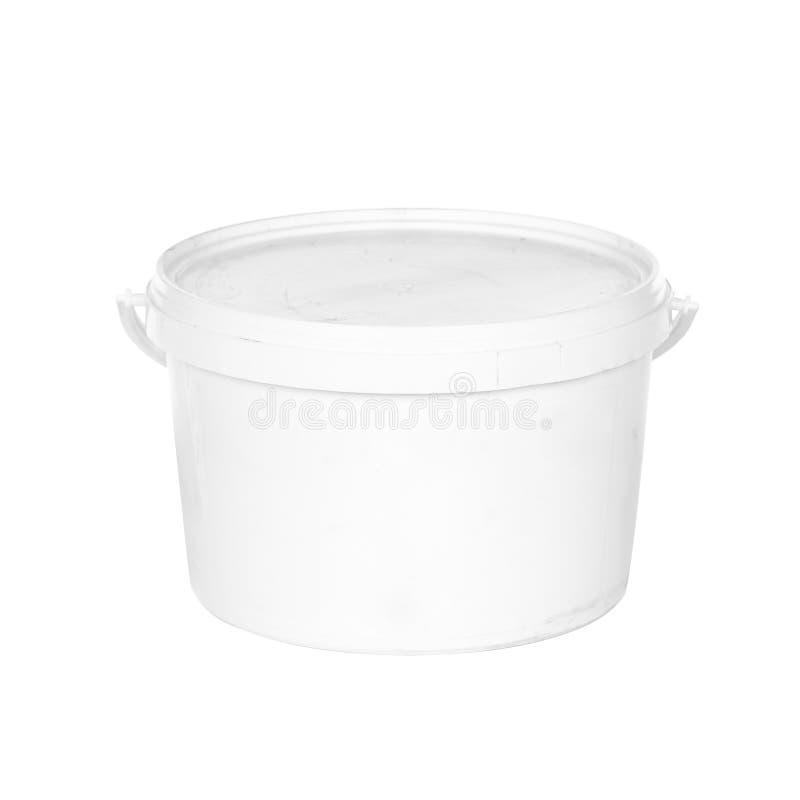 有盒盖的白色塑料桶在白色背景 免版税库存照片