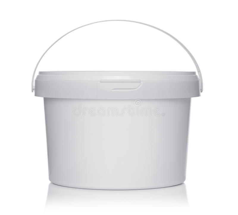 有盒盖的白色塑料桶在白色 免版税库存图片