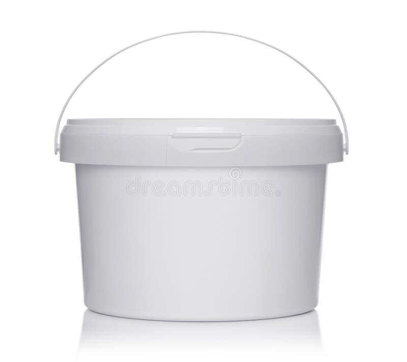 有盒盖的白色塑料桶在白色 图库摄影