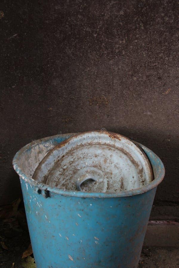有盒盖的老塑料桶在黑暗的背景 免版税库存照片