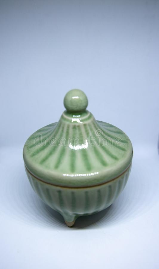 有盒盖的青瓷陶瓷碗 库存照片