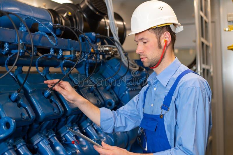 有盔甲工作的工作者在大发电器 库存照片