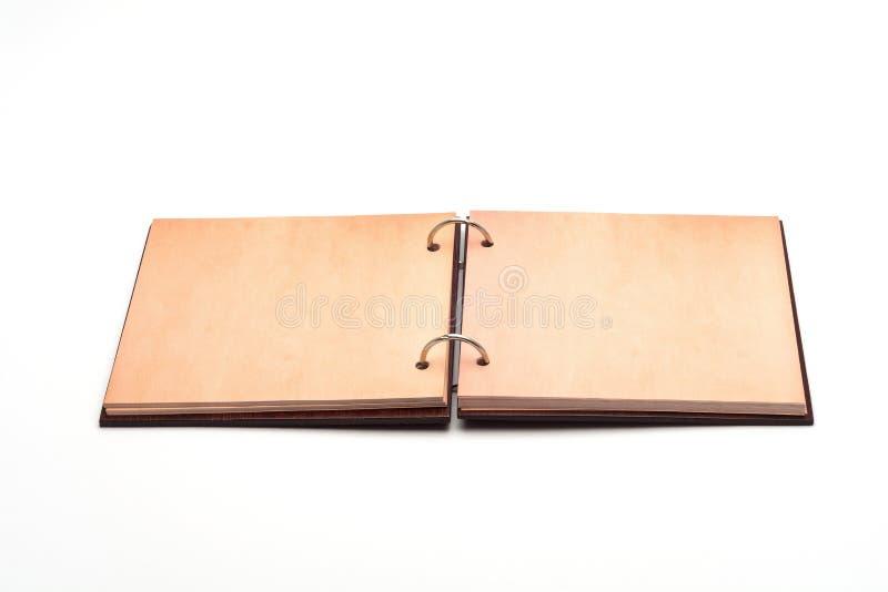 有盖子的一个开放剪贴薄笔记本由自然材料制成 免版税库存照片