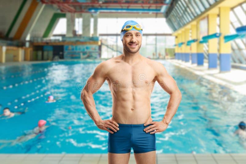 有盖帽和风镜的男性游泳者 库存照片