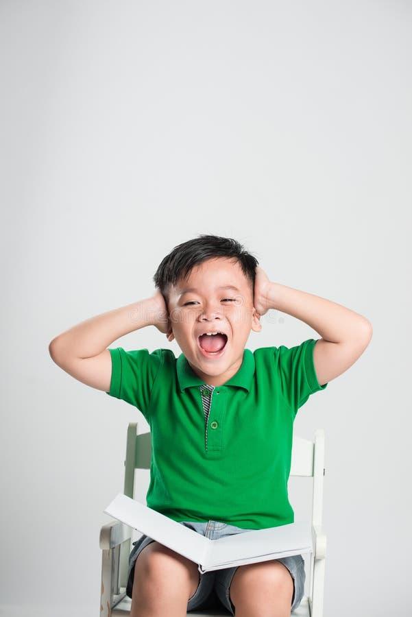有盖耳朵的闭合的眼睛的年轻男孩用手 图库摄影