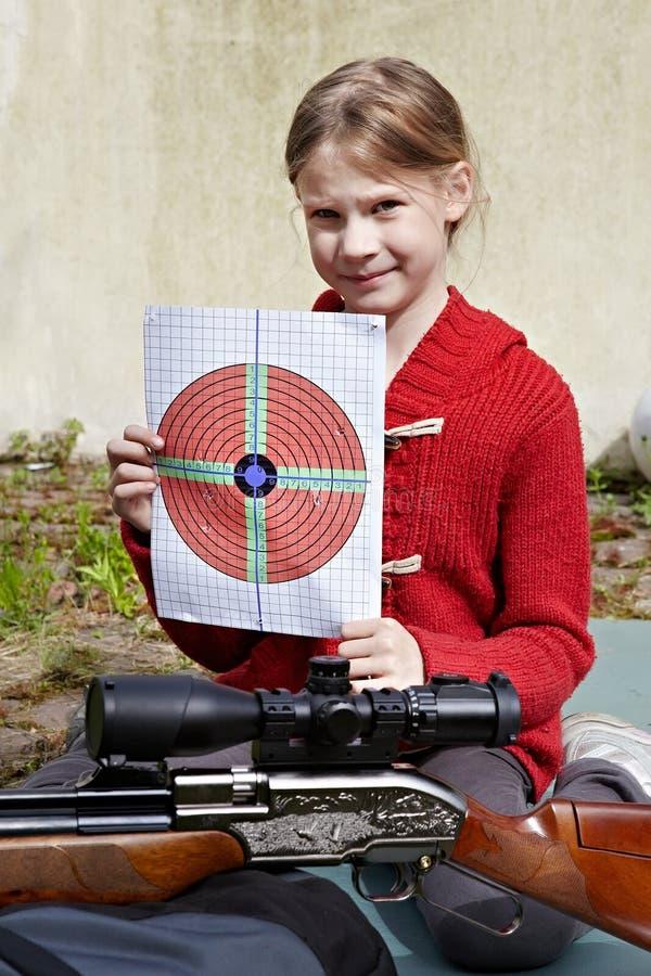 有目标和一杆气动力学的枪的女孩 免版税库存图片
