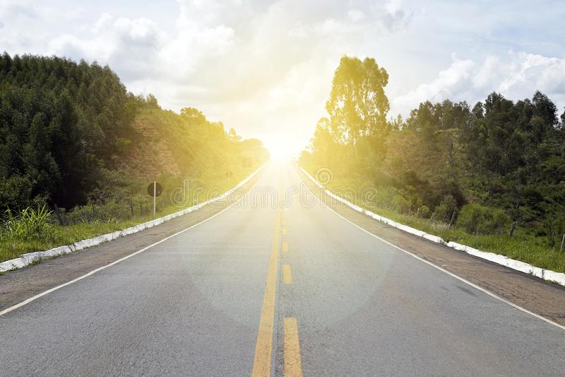有直接的柏油路有阳光的 图库摄影