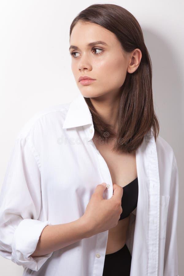 有相当长的头发的年轻女性 免版税库存照片