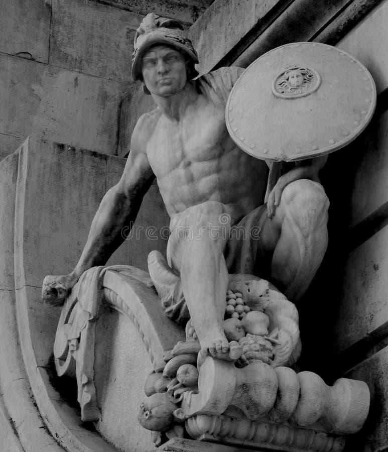 有盾的赤裸男性战士 库存图片
