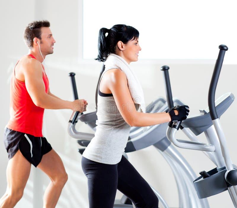 有省略交叉培训人的男人和妇女在体操 免版税库存照片