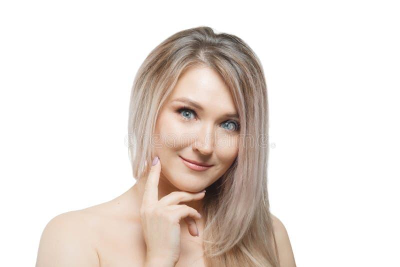 有看与快乐的愉快的表情的流动的头发的时髦的美女照相机 免版税图库摄影