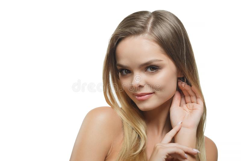 有看与快乐的愉快的表情的流动的头发的时髦的美女照相机 免版税库存照片