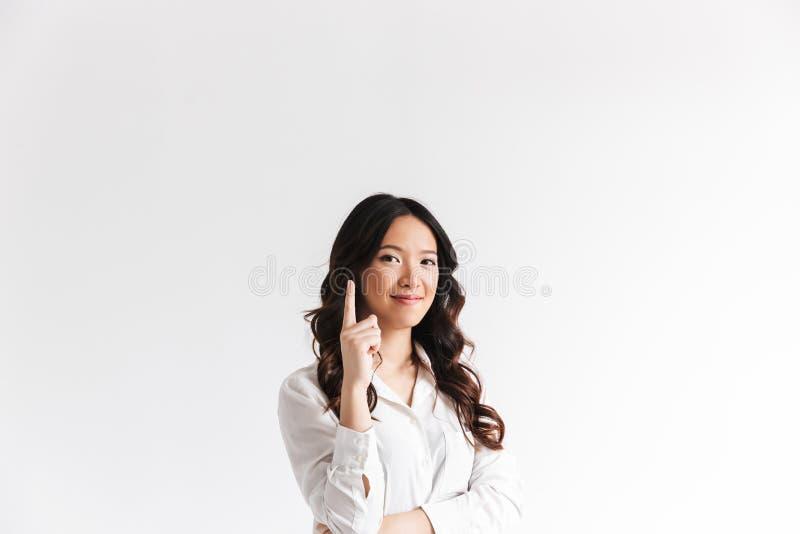 有看与bea的长的黑发的年轻亚裔妇女照相机 免版税库存照片