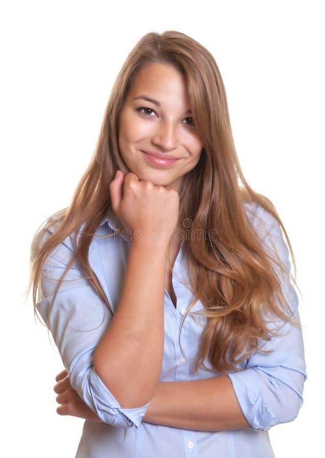 有看凸轮的金发的微笑的少妇 免版税库存图片