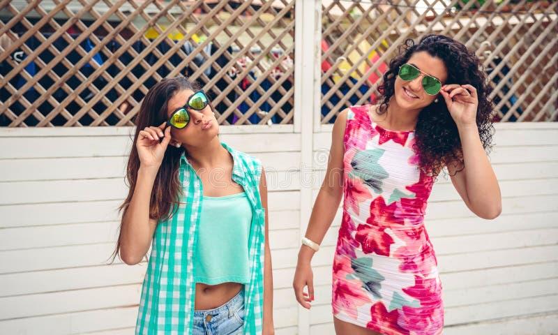 有看在庭院篱芭的太阳镜的妇女照相机 免版税库存照片