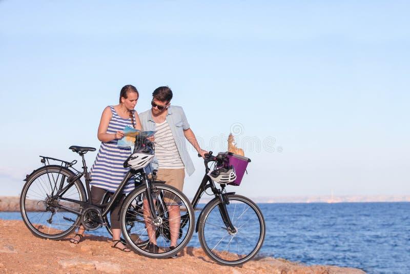 有看地图的自行车的游人 库存图片