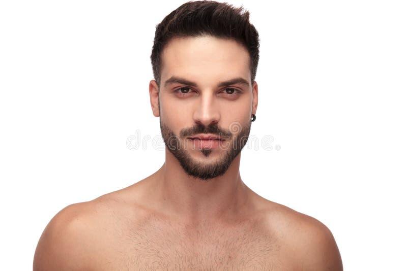 有看对照相机的胡子的迷人的不穿衣服的人 免版税库存图片