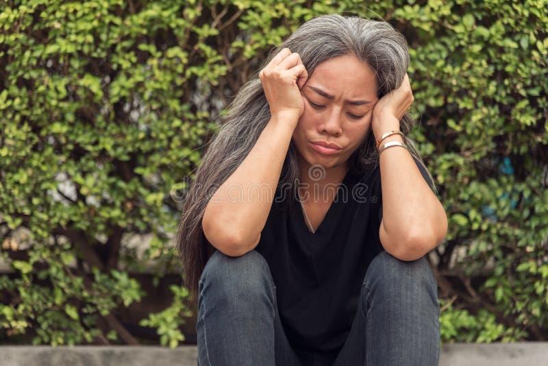 有看担心的被注重的面孔的表示的妇女灰色头发 免版税库存图片