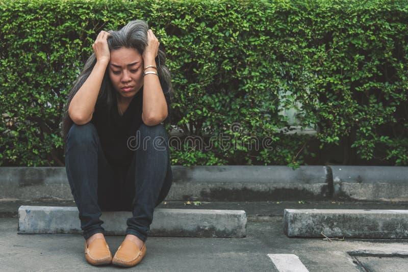 有看担心的被注重的面孔的表示的妇女灰色头发 免版税图库摄影