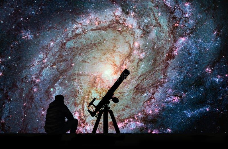 有看星的望远镜的人 更加杂乱83,南部的Pi 库存图片