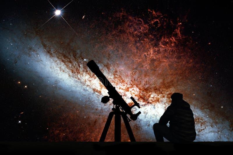 有看星的望远镜的人 更加杂乱82 库存图片