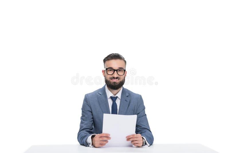 有看照相机的纸的微笑的男性新闻广播员, 库存图片