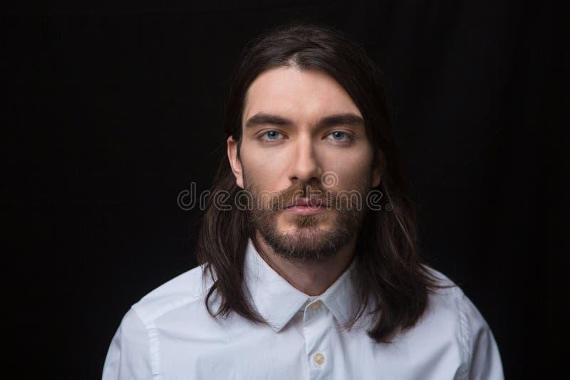 Download 有看照相机的胡子和长的头发的人 库存图片. 图片 包括有 黑暗, 表面, 纵向, 投反对票, 白种人, beauvoir - 62536429