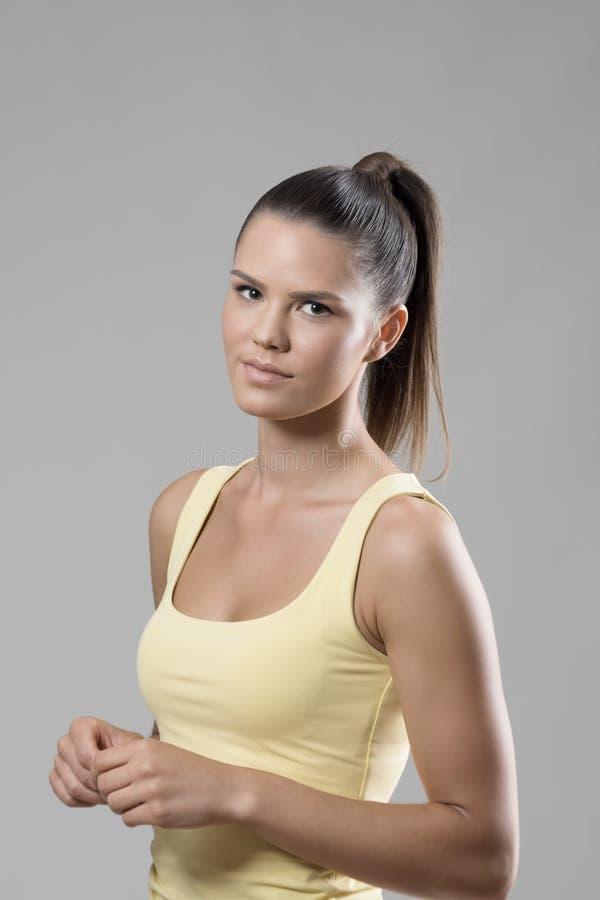 秀丽深色的健康轻松的运动年轻女人图片