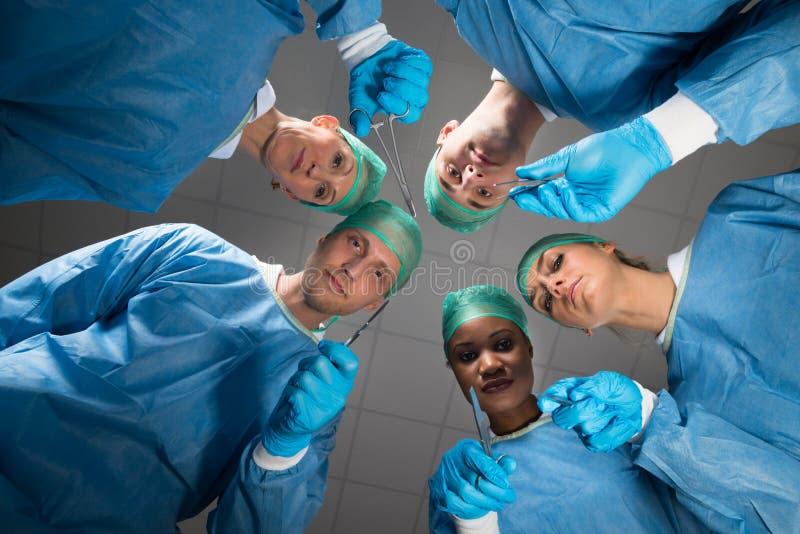 有看照相机的医疗仪器的外科医生 图库摄影