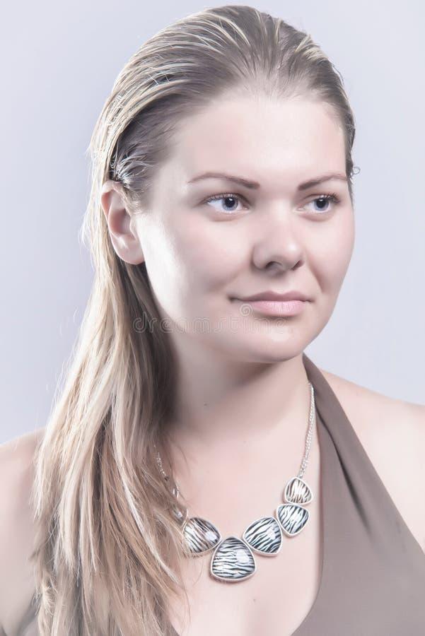 有看的项链的自然白肤金发的妇女  库存照片