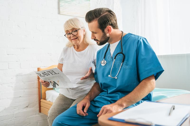有看资深妇女的听诊器的年轻医生 库存图片