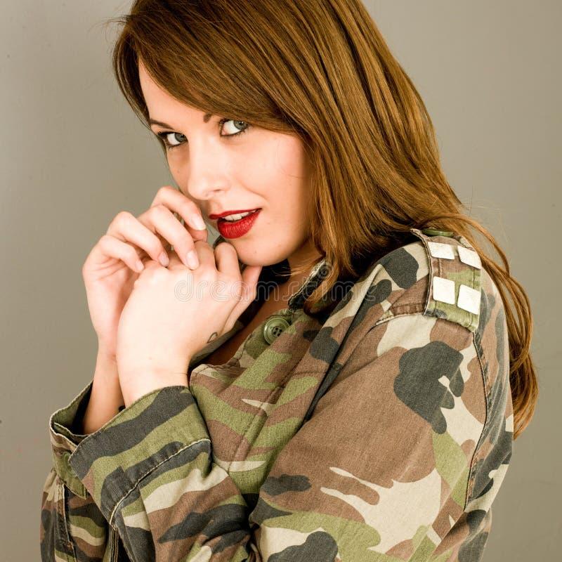有看起来开放的夹克的年轻女人冲击和惊奇 图库摄影