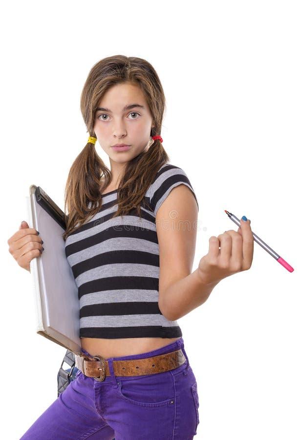 有看起来的剪贴板和的铅笔的十几岁的女孩凉快入照相机, 免版税库存照片