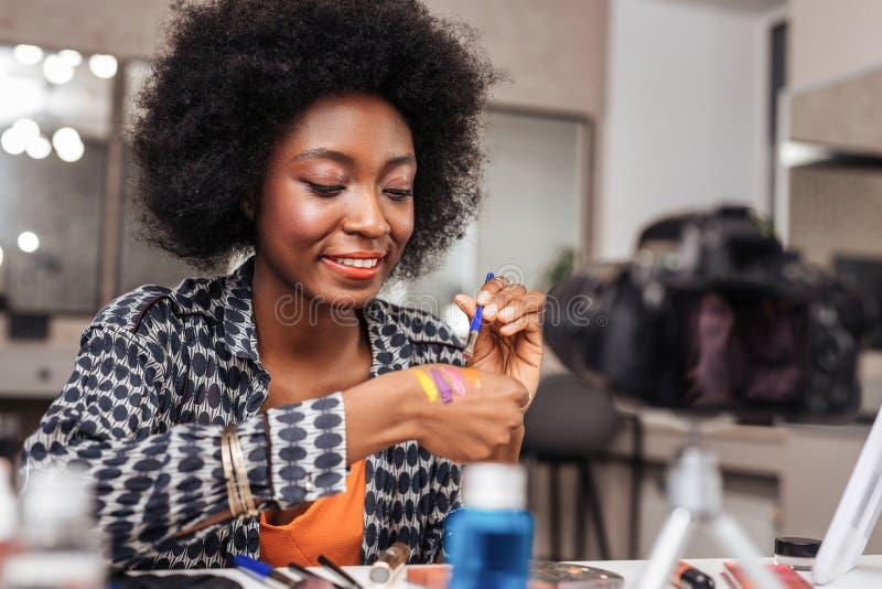 有看起来的卷发的令人惊讶的非裔美国人的妇女介入 库存照片