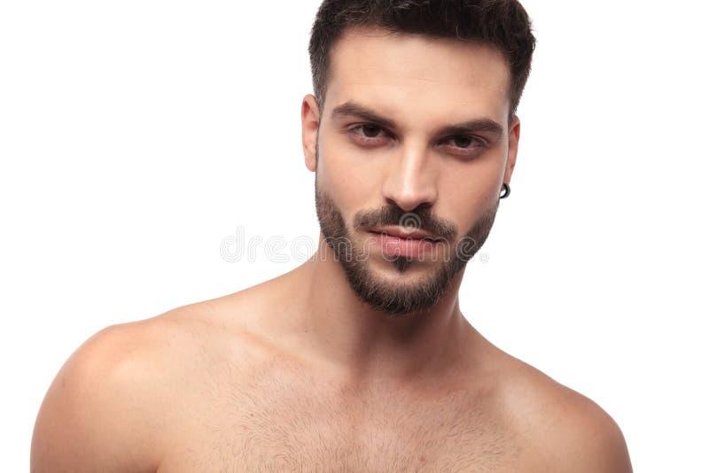 有看起来的胡子的被聚焦的不穿衣服的人凉快 库存照片