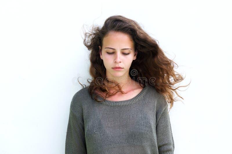 有看长的棕色的头发的可爱的妇女下来 图库摄影
