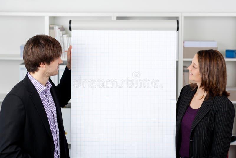 有看活动挂图的工友的女实业家 免版税库存图片