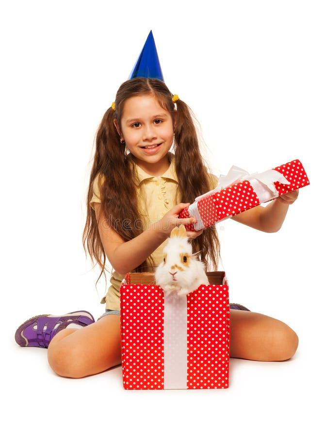 有真正的兔宝宝的女孩开放红色当前箱子 库存图片