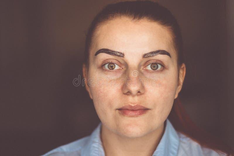 有眼眉构成的年轻女人 免版税库存照片