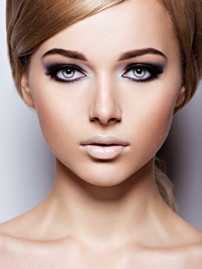 有眼睛时尚构成的美丽的妇女  库存图片