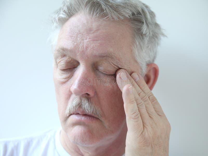 有眼睛疲劳的更老的人 免版税库存照片
