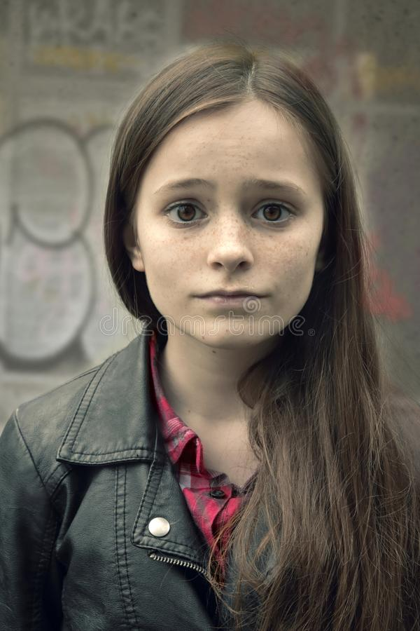 有眼睛的哀伤的十几岁的女孩大开在震动 免版税库存图片