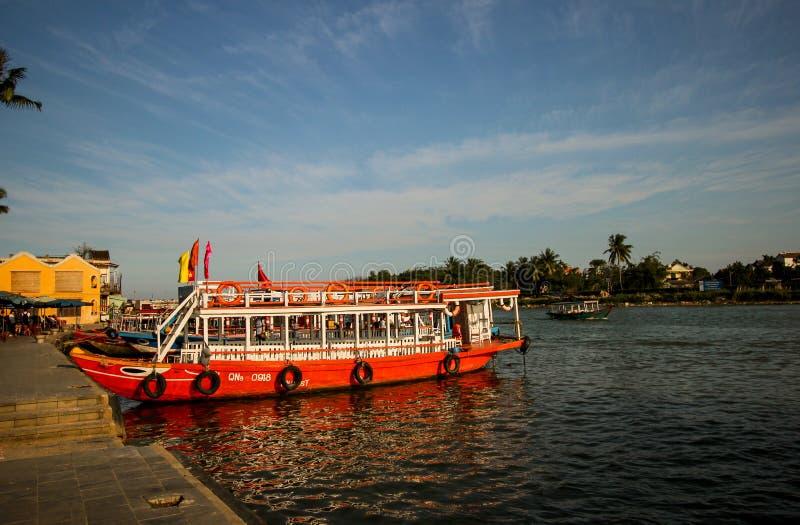 有眼睛的小船在会安市,越南 普遍的亚洲旅游运输和观光 会安市,越南,2017年2月 免版税库存照片