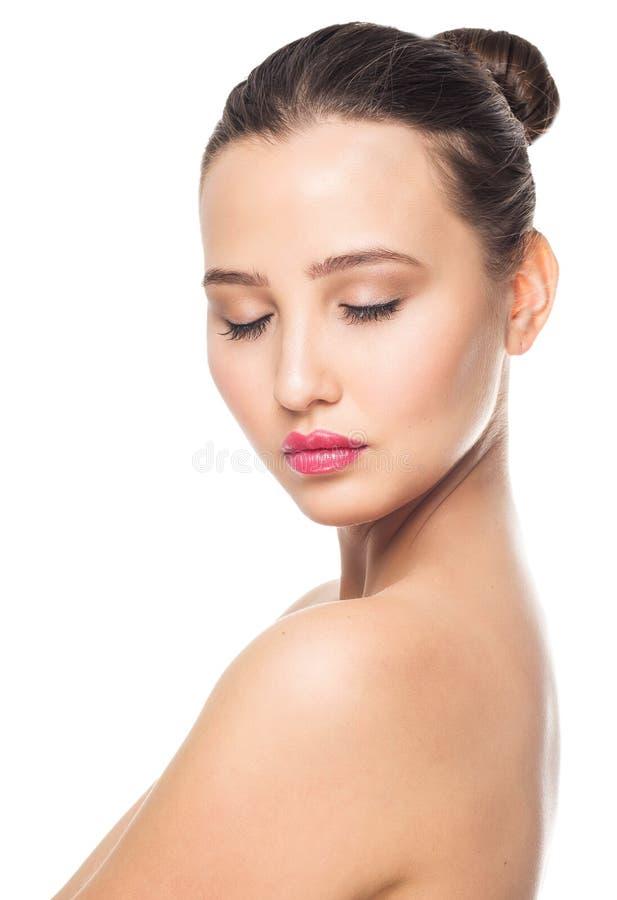 有眼睛的秀丽和时尚妇女在白色背景,特写镜头画象关闭了 组成,化妆用品和关心概念 免版税库存照片
